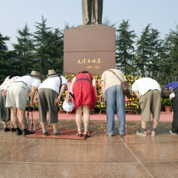 Visitors group at Maos birthplace-Shaoshan in Hunan province- brandeins